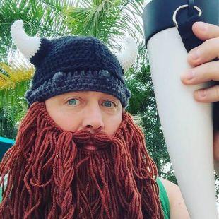 Gorro con barba trenzada Saqueador Vikingo