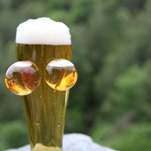 Copa de cerveza con pechos