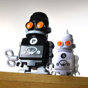 "Salero pimentero ""Robots"", a cuerda"