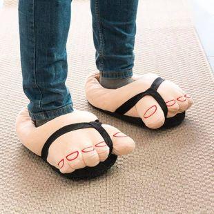 Zapatillas Pies gigantes con sandalias negras